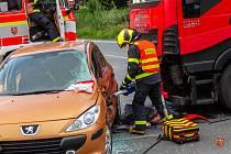 Dopravní nehoda v Hnojníku, při které se srazilo osobní auto s kamionem.