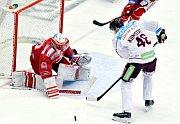 Třinečtí hokejisté (v červeném) proti Spartě.