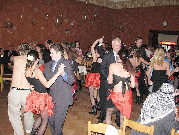 Restaurace Ondráš ve Sviadnově v sobotu 20. února hostila erotický maškarní ples.