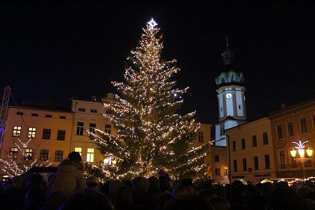 Na místeckém náměstí Svobody už svítí vánoční strom.