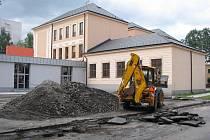 Za čtvrtou základní školou na ulici Komenského v Místku je nyní staveniště s odkrytou zeminou a hromadami štěrku. Z těchto nevzhledných sutin však stavebníci už brzy vytvoří moderní víceúčelové hřiště.