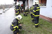 Hasiči při měření metanu v Paskově.