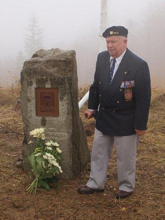 Uobelisku stojí plukovník ve výslužbě Adolf Kaleta zHrádku, válečný veterán a účastník bojů uDunkerque.
