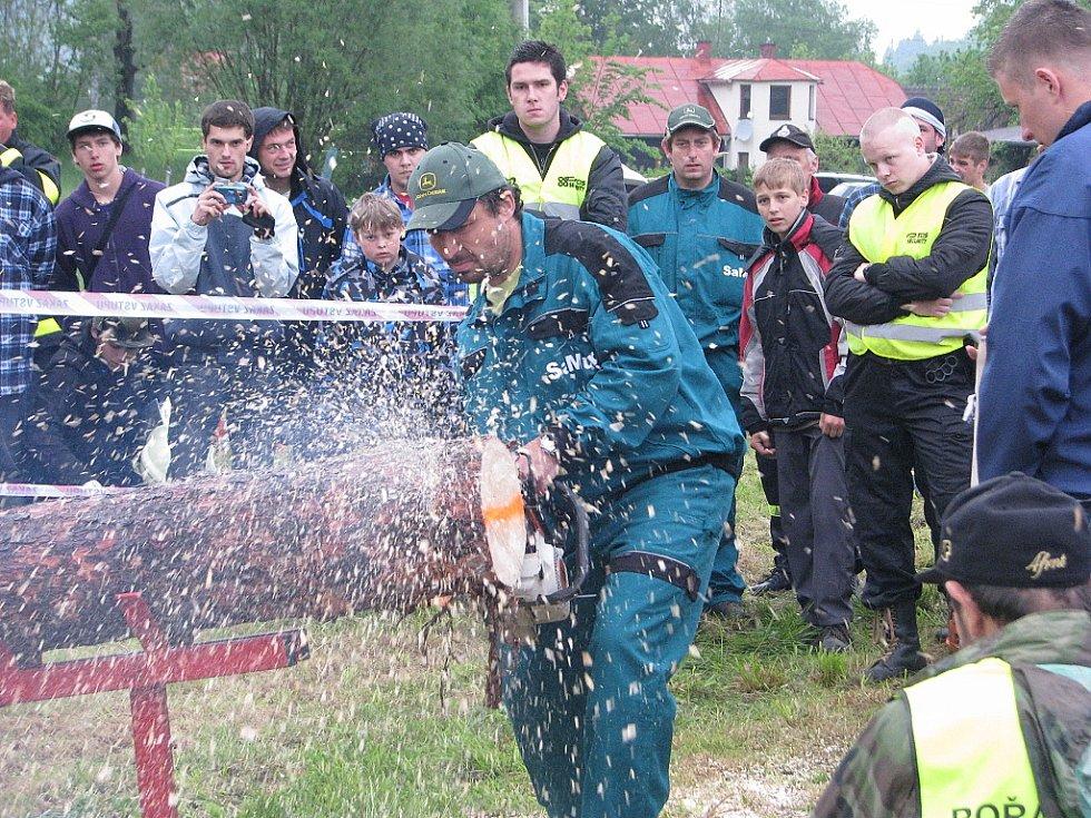 Pátý ročník Májové veselice v obci Řeka. Součástí oslav byla soutěž amatérských dřevorubců Forest man.