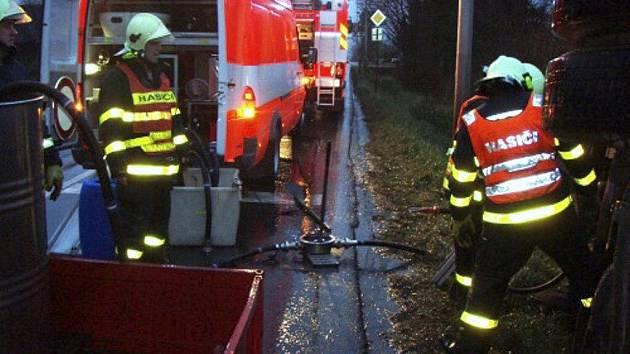 Hasiči museli z havarovaného kamionu přečerpat 1200 litrů nafty.