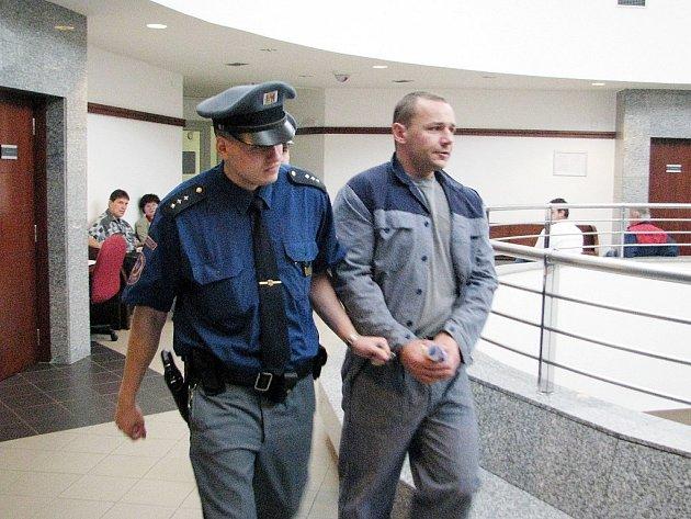 Před frýdecko-místeckým soudem stanul ve čtvrtek Michal Klužák z Třince. Žalobce muže viní z týrání, ublížení na zdraví a násilí proti skupině obyvatel a jednotlivci.