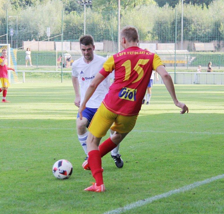Díky hlavičce Lukáše Myšinského dokázali divizní fotbalisté Frýdlantu (červeno-žluté dresy) zvítězit nad Pustou Polomí těsně 1:0.