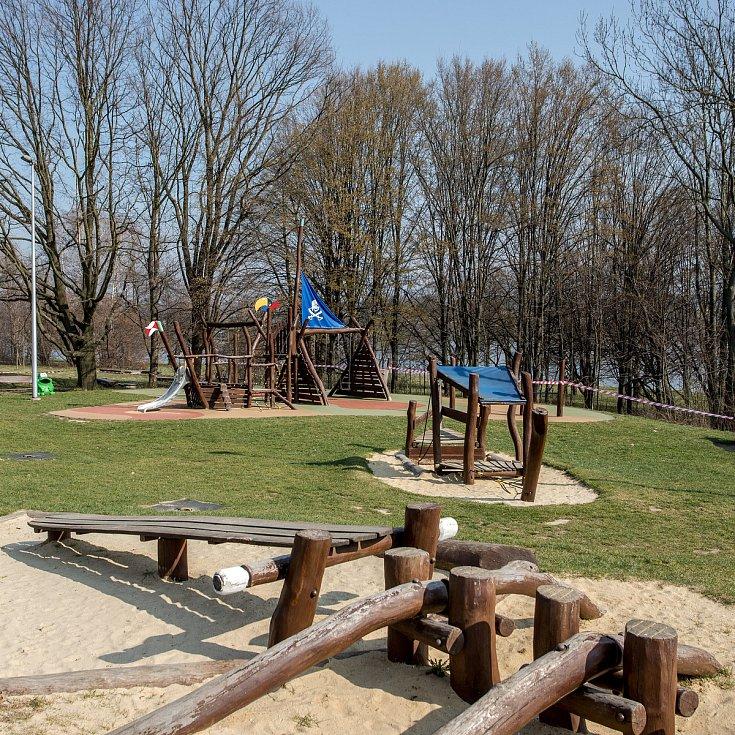 Uzavřené dětské hřiště u přehrady Olešná kvůli ochraně před šířením nového koronaviru, 28. března 2020 ve Frýdku-Místku.