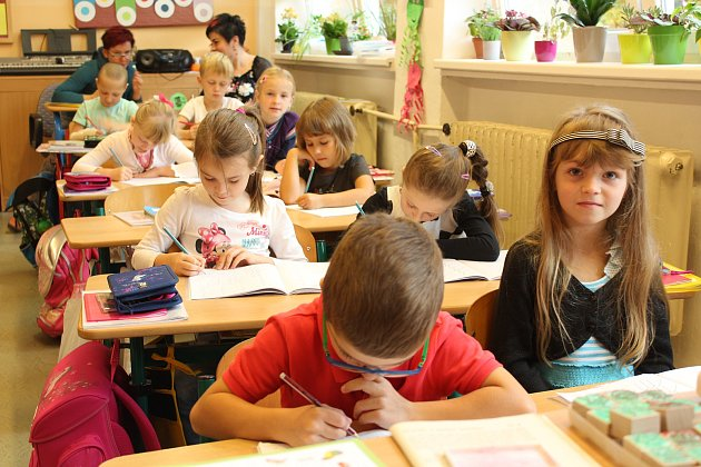 Snímky zachycují prvňáčky zčeské základní školy vMostech uJablunkova. Třídní učitelkou prvního ročníku je Monika Klusová, asistentkou Tereza Niedobová.