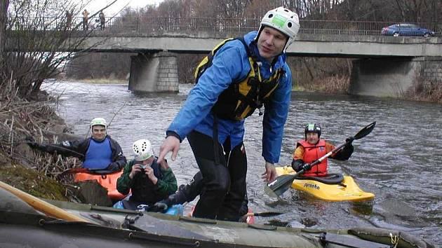 Vodáci na řece.
