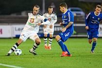 Třinečtí fotbalisté (v tmavém) v Hradci totálně propadli. Prohráli totiž 0:5.