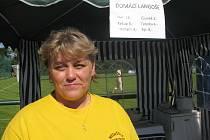 Renáta Komenská při veselici nabízela ve stánku Turistického oddílu Medvídci také domácí langoše. Žena kroužek v Nošovicích založila a stále ho i vede.