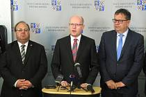 Návštěva premiéra Bohuslava Sobotky ve Frýdku-Místku. Tisková konference s ministrem průmyslu a obchodu Janem Mládkem (vpravo) a hejtmanem MSK Miroslavem Novákem.