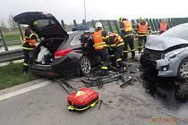 Vážná dopravní nehoda dvou aut se stala v neděli ráno na 37. kilometru dálnice D48 u Rychaltic, a to ve směru na Příbor. Zraněno bylo pět lidí, dvě z nich jsou děti.