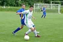 Fotbalisté Smilovic (ve světlých dresech) na domácím hřišti zdolali Starou Bělou 2:1.