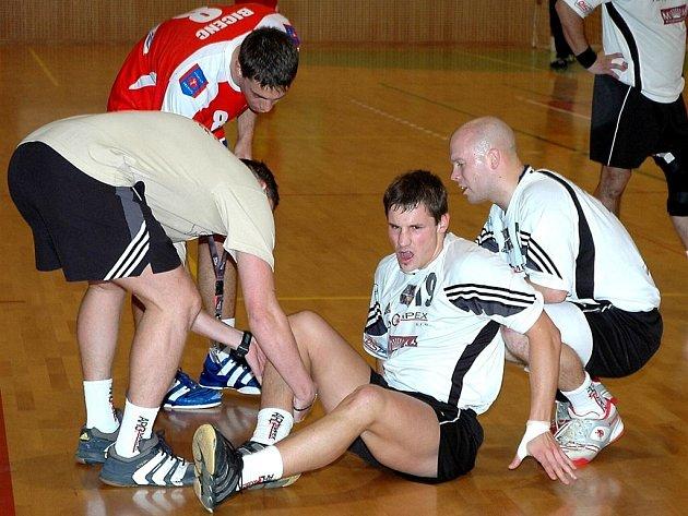 Frýdecko-místecký asistent trenéra Tomáš Mazur ošetřoval zraněného Viktora Hastíka. Všemu přihlížel Tomáš Kolmajer (vpravo).