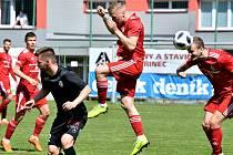 Třinečtí fotbalisté (v červeném) si doma poradili s adeptem sestupu Žižkovem.