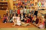 Snímky zachycují prvňáčky z české základní školy v Mostech u Jablunkova. Třídní učitelkou prvního ročníku je Monika Klusová, asistentkou Tereza Niedobová.