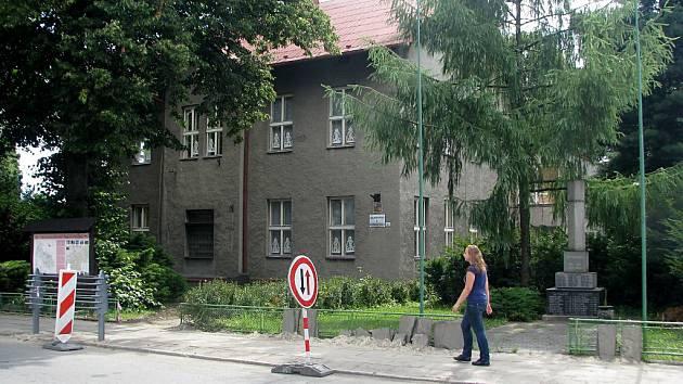 Stará škola vBašce před rekonstrukcí.