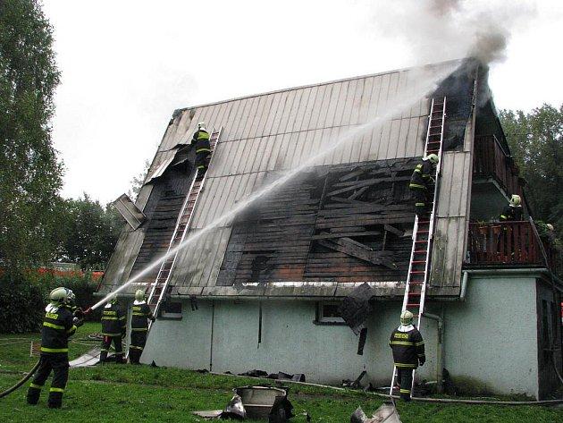 Požár rekreačního střediska v Lučině u Žermanické přehrady