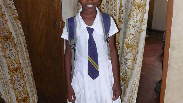 Malá Thakshila, kterou František Mamula adoptoval, ve školní uniformě.