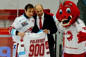 Jiří Polanský (vlevo) s památečním dresem za 900 extraligových utkání v dresu Třince.