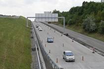 Řidiči u Rychaltic jezdí po dokončené polovině dálnice.