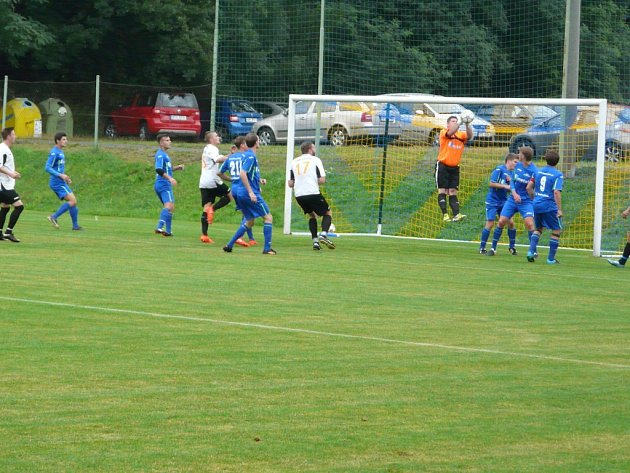 Fotbalisté Dobratice (v modrém) si v domácím prostředí s chutí zastříleli. Albrechtice od nich schytaly sedm gólů.