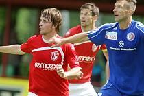 Obránce Benjamin Vomáčka (v modrém) již patří Třinci.