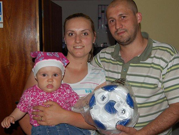 V jarním kole populární Tip ligy skončil na třetím místě Petr Halama, který si v redakci převzal fotbalový míč.
