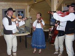 Součástí vernisáže bylo i vystoupení krojované muziky.