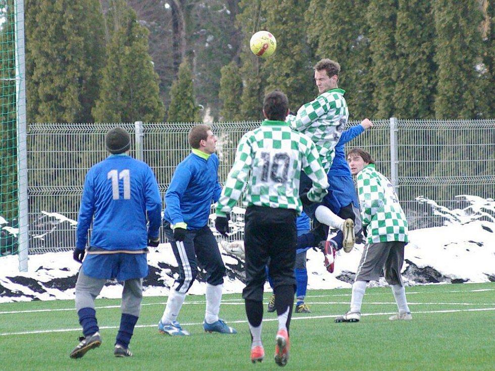 Na umělé trávě v Třinci pokračoval 6. kolem zimní fotbalový turnaj. Snímky jsou z utkání mezi Hnojníkem (modré dresy) a Českým Těšínem.