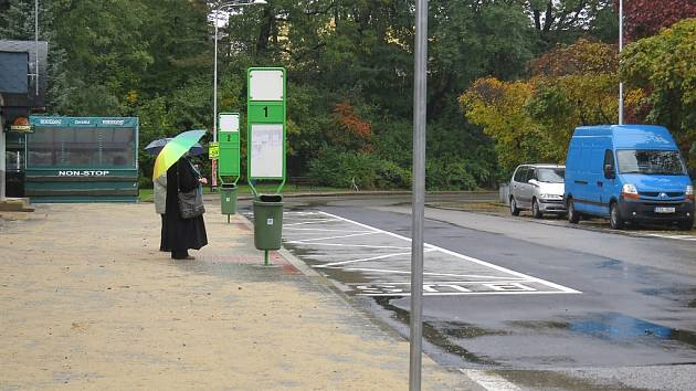 Autobusový záliv ve frýdecké Nádražní ulici je hotový. Nechybí speciální betonové obrubníky přiléhajícího chodníku, na kterém je nová dlažba v rozsahu 285 metrů čtverečních.