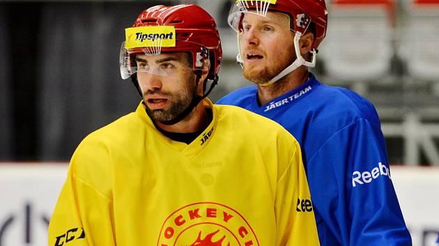 Zbyněk Irgl (ve žlutém) na snímku z tréninku s Martinem Adamským.