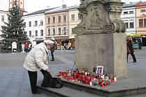 Lidé už druhý den pokládají květiny a zapalují svíčky na náměstí Svobody ve Frýdku-Místku. Uctívají tak památku zesnulého exprezidenta Václava Havla.