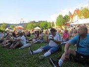 V areálu penzionu Sluníčko v pátek odstartoval 13. ročník Beskydského hudebního léta. Lidem nejdříve zahrála kapela Pink Floyd Tribute, poté na pódium nastoupil Václav Neckář s kapelou Bacily.