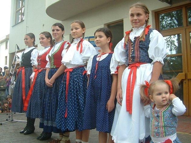 MISSEČKY. Zcela vpravo stojí nejmladší účastnice Lucie Fizerová, vedle ní Hana Horylová a dále Andrea Matwikowová, Sára Smolánová, Vendula Tymlová, Eva Ferencová a Barbora Žáková.