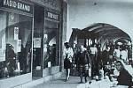 HISTORICKÁ NÁMĚSTÍ ve Frýdku-Místku přečkala období socialistické přestavby města bez větší újmy. Snímky, které dělí zhruba čtyřicet let, zachycují proměnu zachovalého podloubí na místeckém náměstí Svobody.