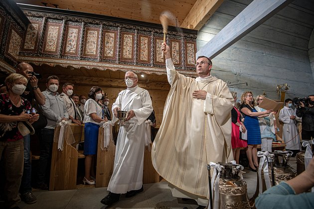 První bohoslužba vreplice požárem zničeného dřevěného kostela Božího těla vTřinci-Gutech se konala vneděli 6.června 2021. (vpravo) biskup Martin David.