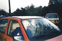 Rudolf Zeman odjíždí spolu s Eduardem Hakenem (řídí) po koncertě v Chlebovicích. Jedná se o historicky poslední snímek obou umělců v našem kraji – 9. říjen 1994.