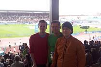 Petr Král (uprostřed) na olympijském stadionu v Amsterdamu.