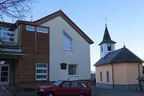 V centru Lhotky se nachází nejen obecní úřad, ale i opravená kaple.