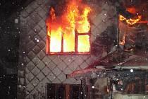 Ničivý požár zachvátil v úterý 17. ledna kolem půl třetí ráno chatu v Dolní Lomné.