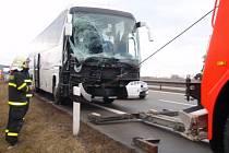 Nehoda autobusu a dodávky.