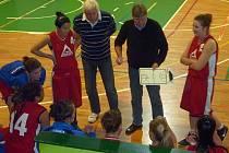 Trenéři Frýdku-Místku Jaroslav Chlebek (vpravo) a Bohumír Přebinda při time-outu během utkání v Blansku.