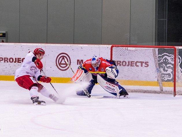 Frýdecko-místecký Filip Bajtek (v bílém) právě překonává z trestného střílení českobudějovického gólmana.