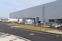 V části objektu, kterou si od společnosti CTPark pronajímá firma HTNS Czech, má docházet k nepovolenému skladování pneumatik. Vstup do areálu je hlídán. Jaro 2021.