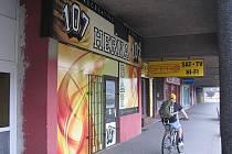 Cyklista projíždí kolem herny v centru hutnického města. Podle radnice ale hazard zcela zmizí. Ilustrační foto.