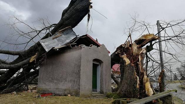 Zničená střecha kapličky pod Vitališovem.