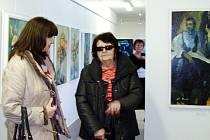Návštěvníci vernisáže výstavy Anny Buré v Bystřici nad Olší.
